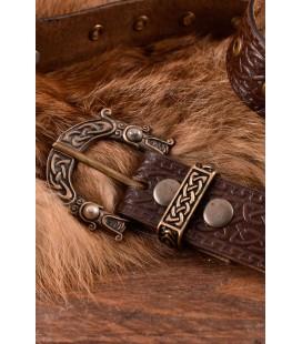 Cinturón de cuero con hebilla y estampado celta en relieve